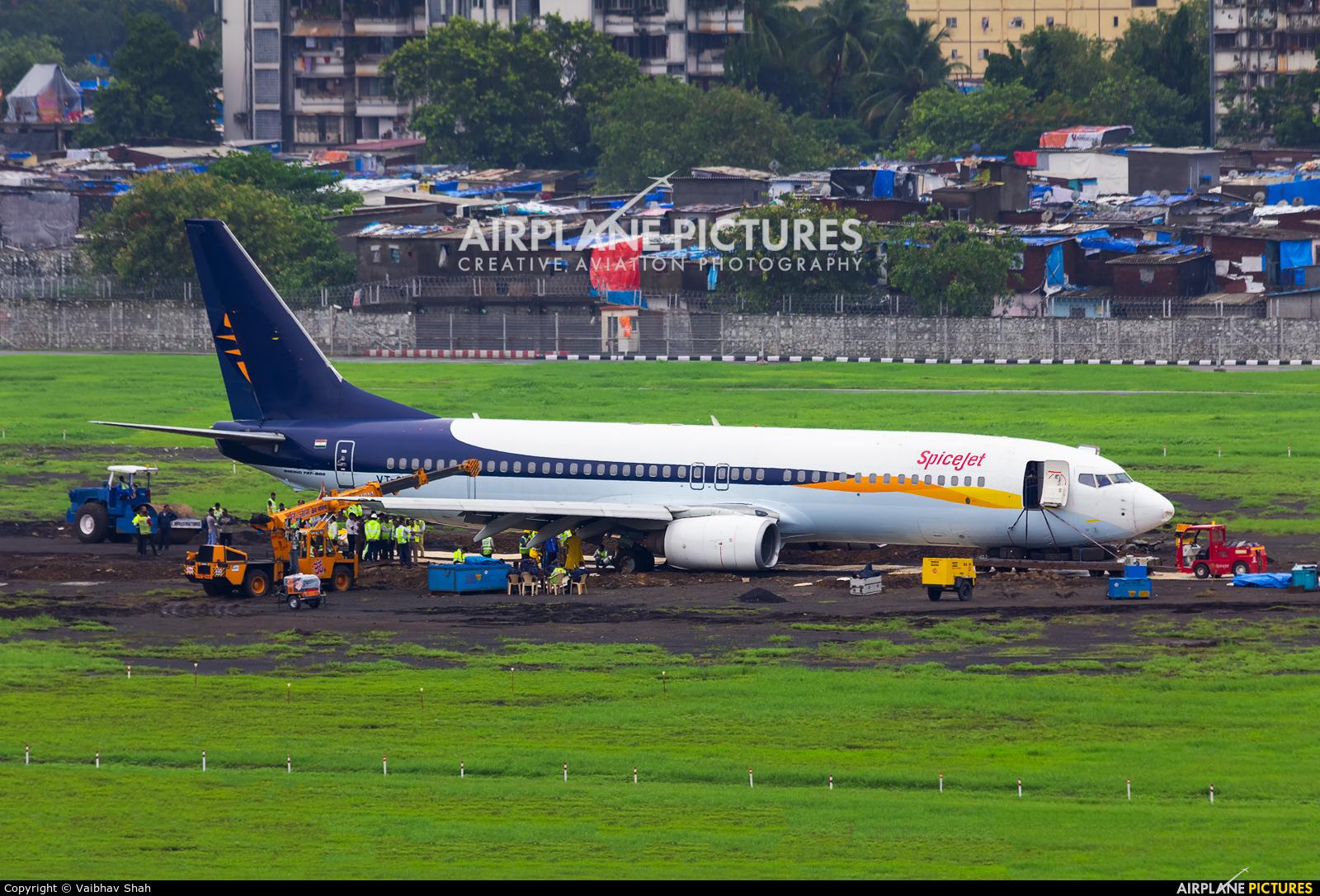 SpiceJet VT-SYK aircraft at Mumbai - Chhatrapati Shivaji Intl