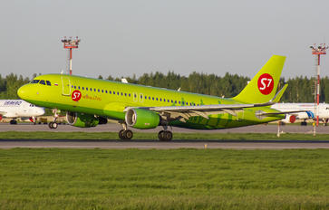 VP-BOM - S7 Airlines Airbus A320