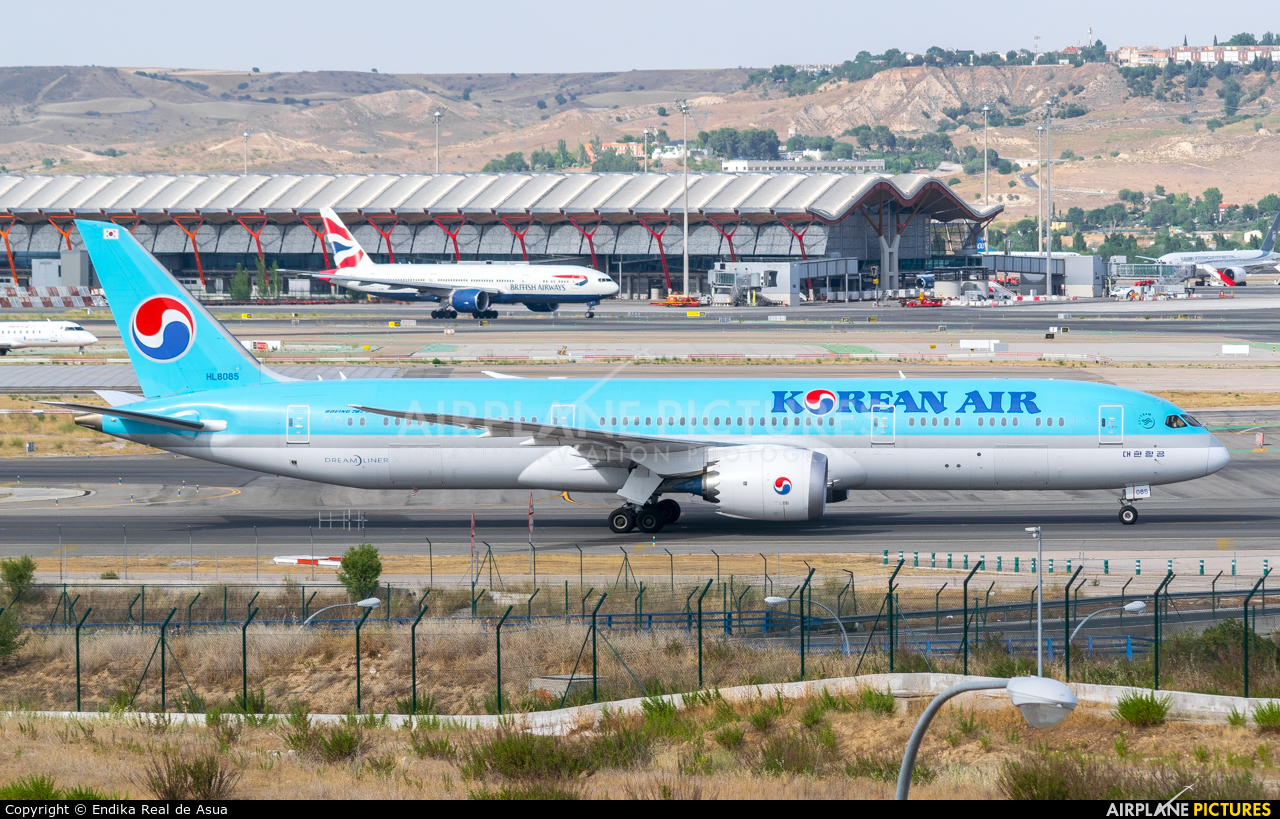 Korean Air HL8085 aircraft at Madrid - Barajas