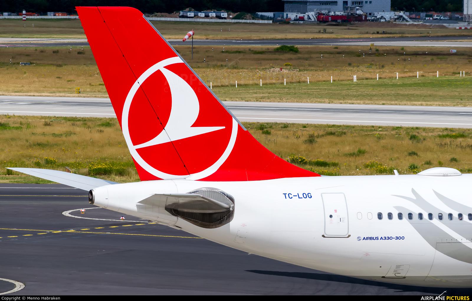 Turkish Airlines TC-LOG aircraft at Düsseldorf