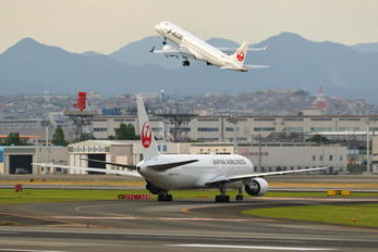 JA614J - JAL - Japan Airlines - Airport Overview - Runway, Taxiway