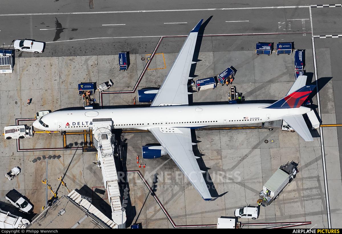 Delta Air Lines N592NW aircraft at Los Angeles Intl