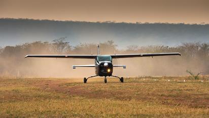 EB-033 - Bolivia - Army Cessna 210 Centurion