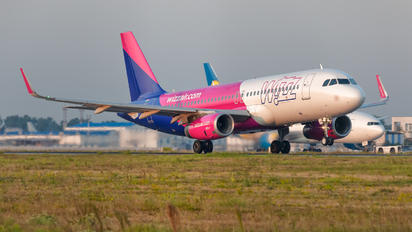 HA-LYX - Wizz Air Airbus A320