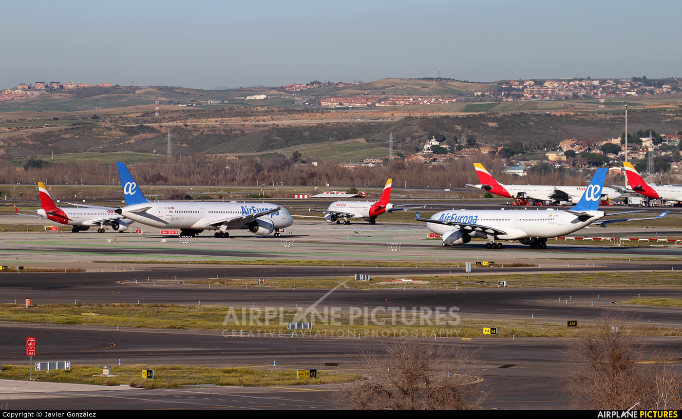 - Airport Overview LEMD aircraft at Madrid - Barajas