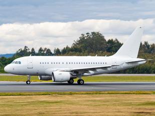 G-EUNB - Titan Airways Airbus A318