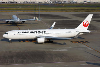 JA618J - JAL - Japan Airlines Boeing 767-300ER