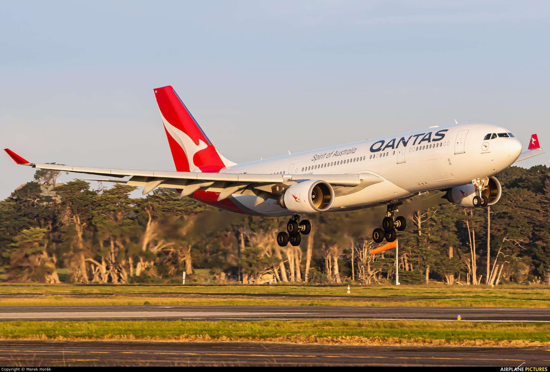 QANTAS VH-QPF aircraft at Auckland Intl