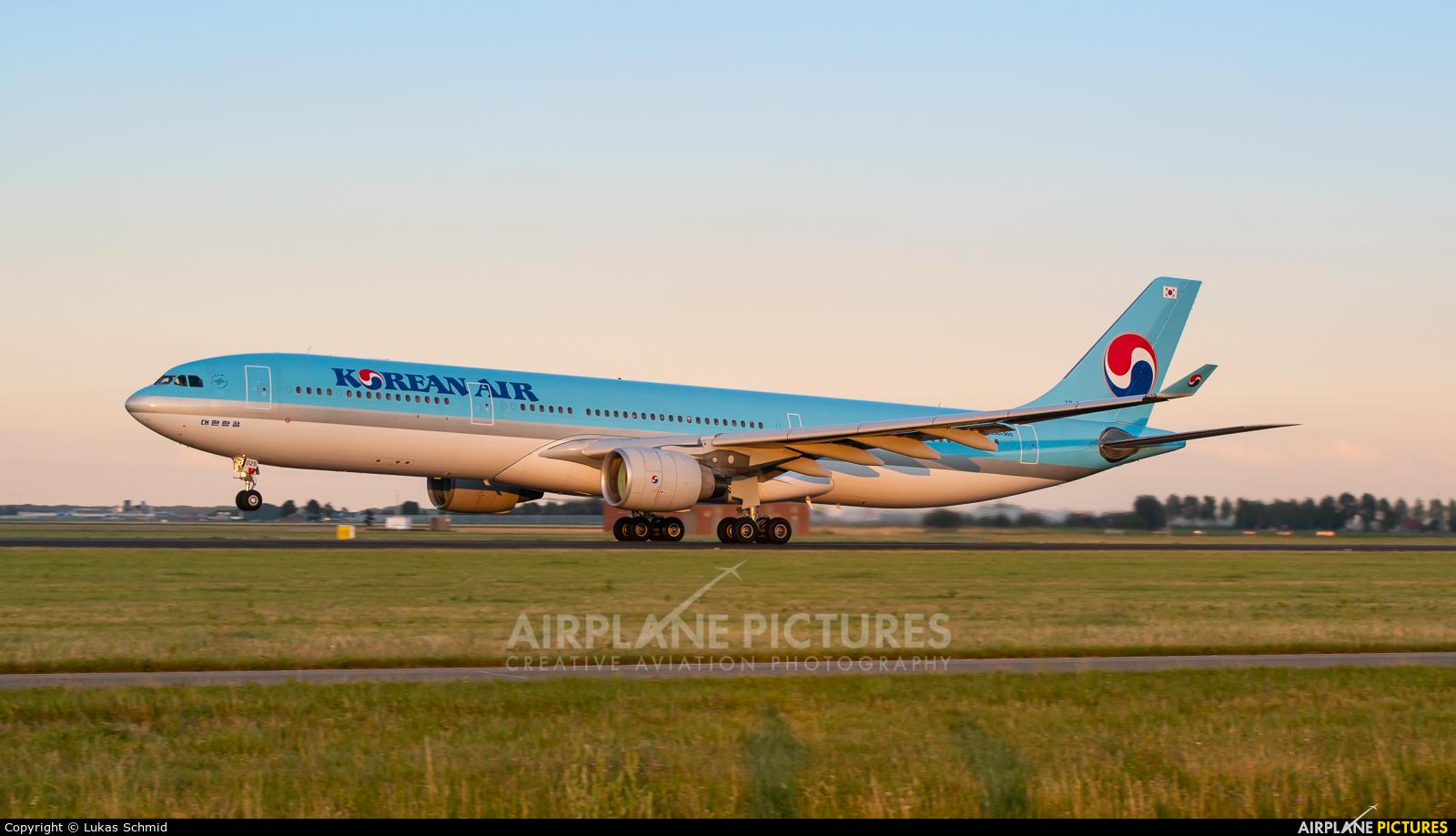 Korean Air HL8025 aircraft at Amsterdam - Schiphol