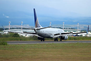 N12216 - United Airlines Boeing 737-800