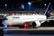 FC Bayern arrived to Madrid onboard of Lutfhansa's A350 title=