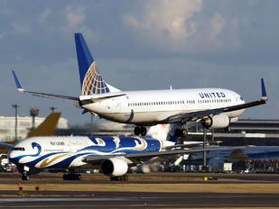 N14240 - United Airlines Boeing 737-800