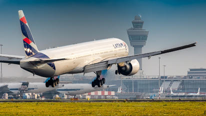 PT-MUE - LATAM Boeing 777-300ER