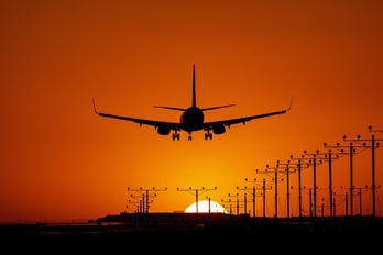 - - American Airlines Boeing 737-800