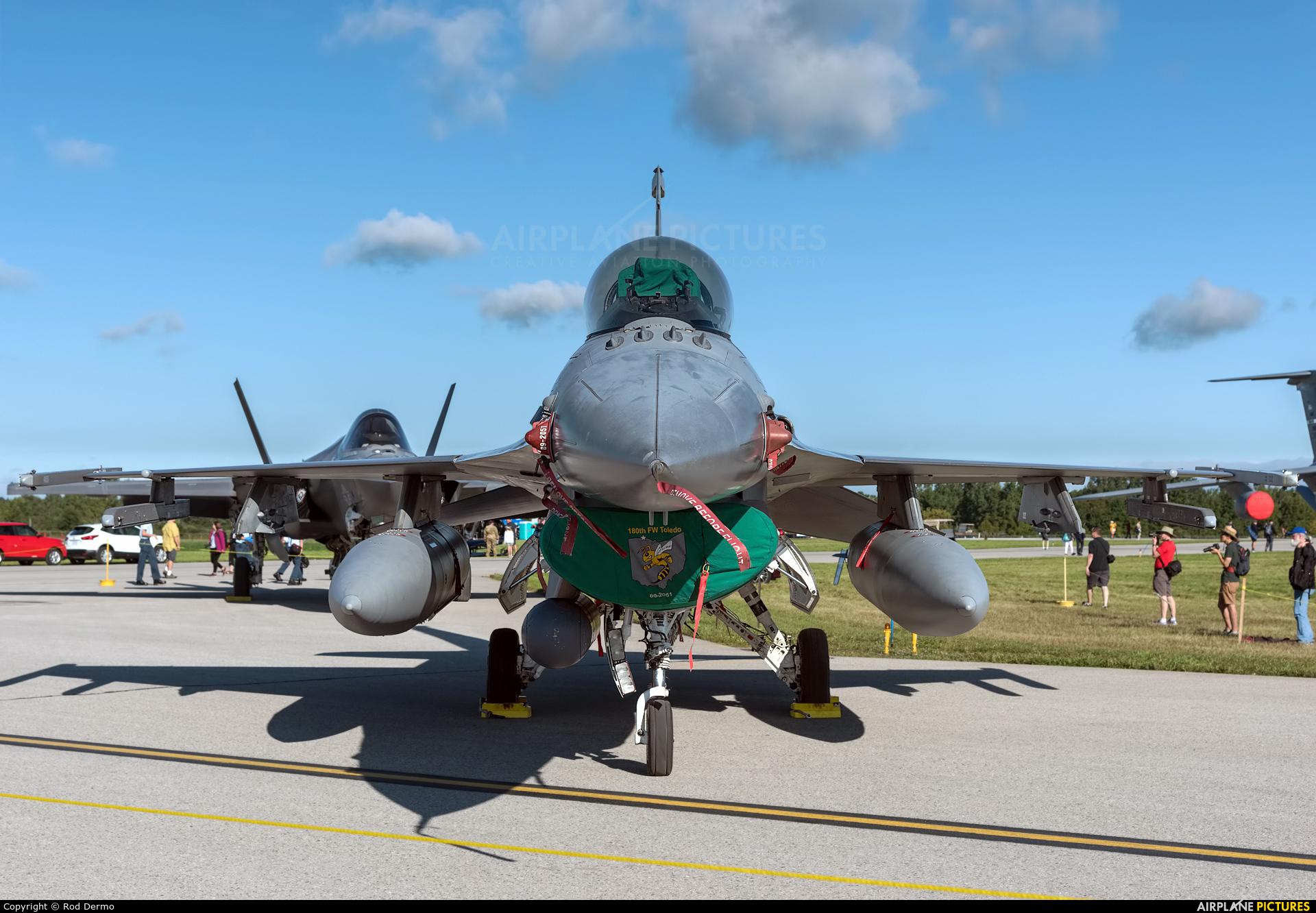 USA - Air Force 89-2051 aircraft at London  Intl, ON