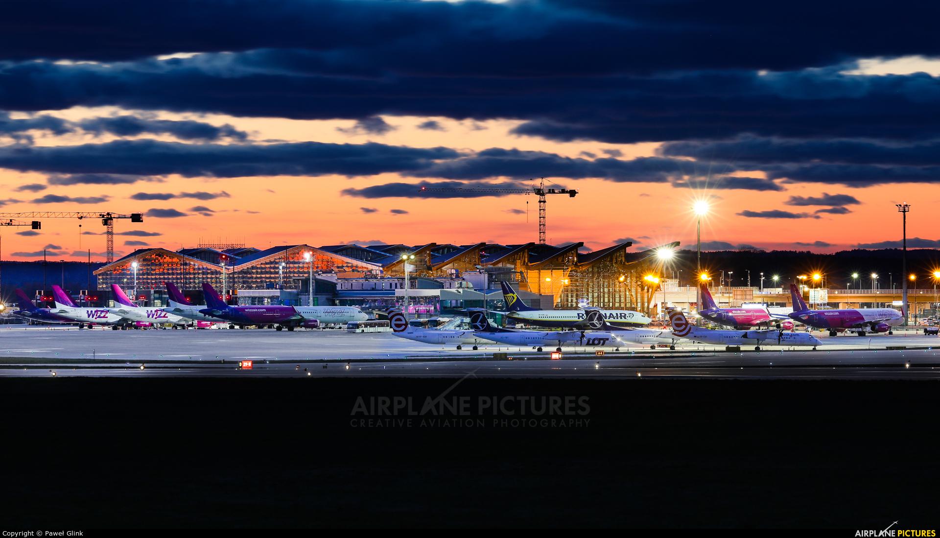 - Airport Overview - aircraft at Gdańsk - Lech Wałęsa
