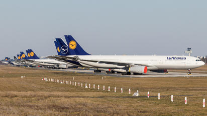 - - Lufthansa - Airport Overview - Runway, Taxiway