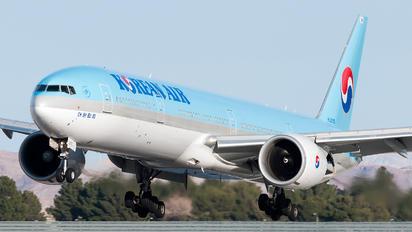 HL8210 - Korean Air Boeing 777-300ER