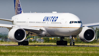 N78013 - United Airlines Boeing 777-200