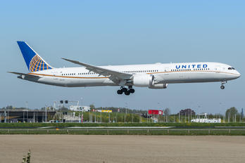 N12004 - United Airlines Boeing 787-10 Dreamliner