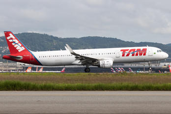 PT-XPH - TAM Airbus A321