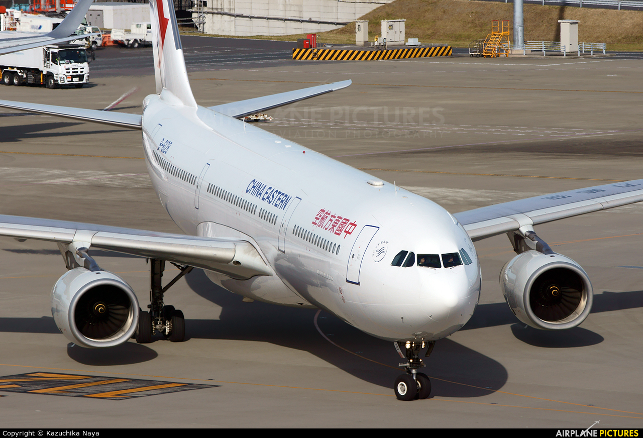 China Eastern Airlines B-6128 aircraft at Tokyo - Haneda Intl