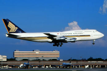 N122KH - Singapore Airlines Boeing 747-300