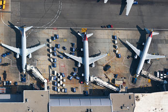 - - American Airlines - Airport Overview - Apron