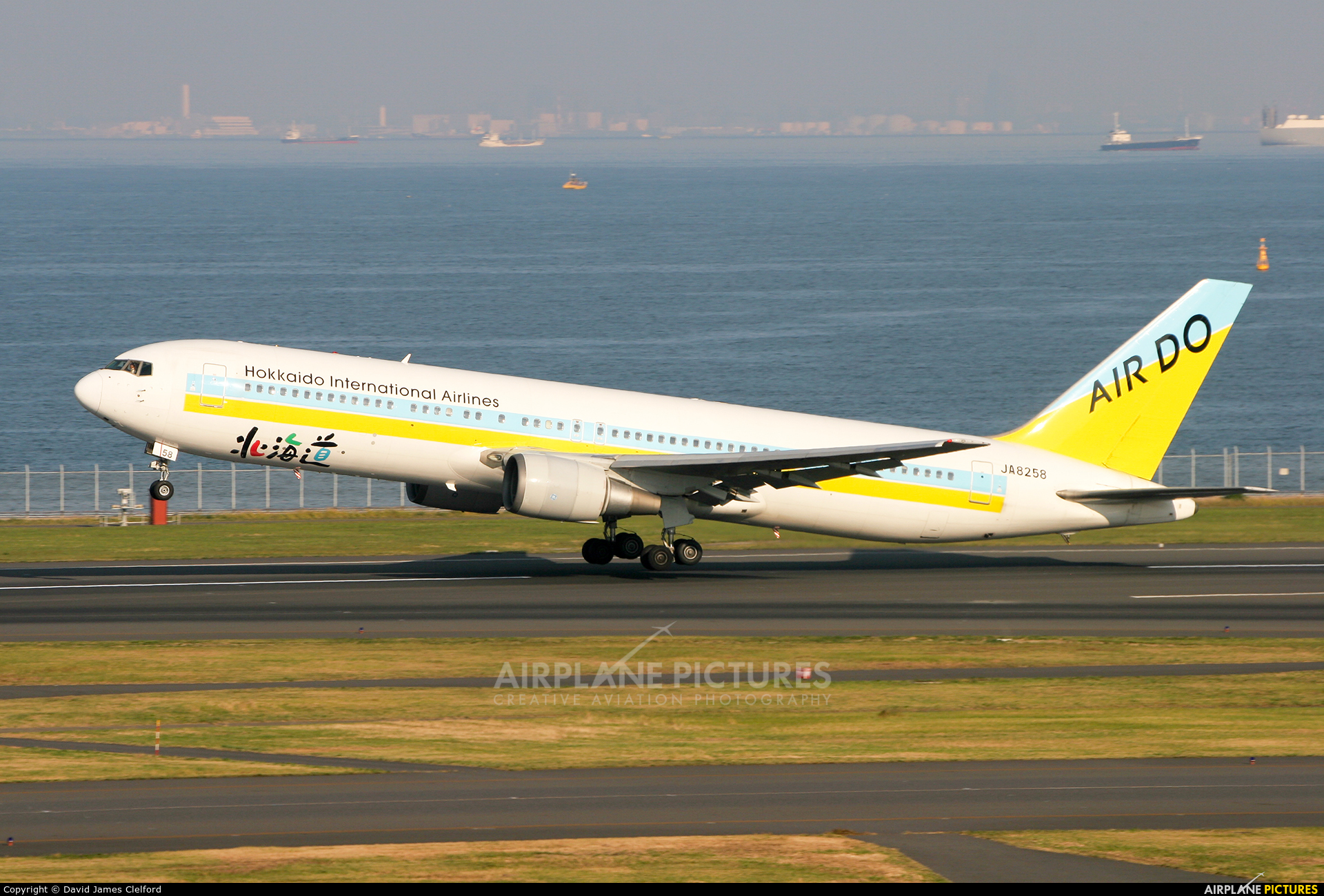 Air Do - Hokkaido International Airlines JA8258 aircraft at Tokyo - Haneda Intl
