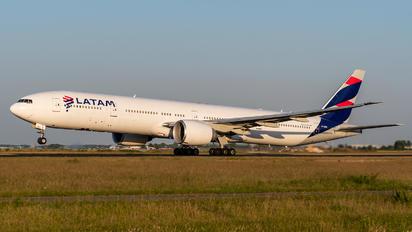PT-MUI - LATAM Brasil Boeing 777-300ER