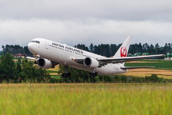 JA657J - JAL - Japan Airlines Boeing 767-300ER