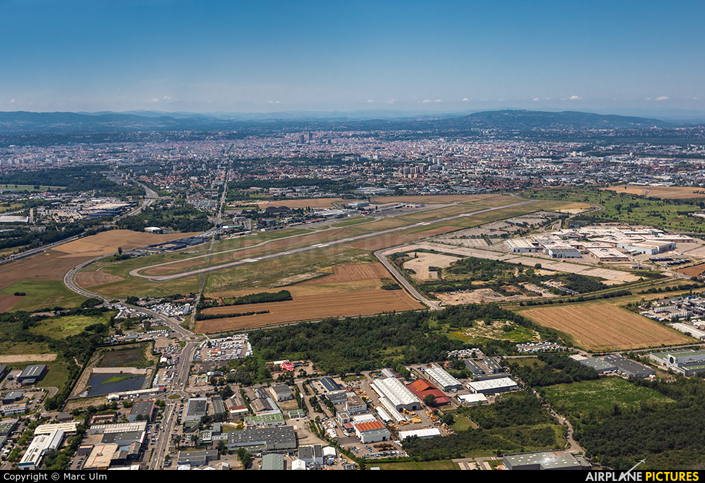 - Airport Overview - aircraft at Lyon-Bron