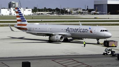 N989AU - American Airlines Airbus A321