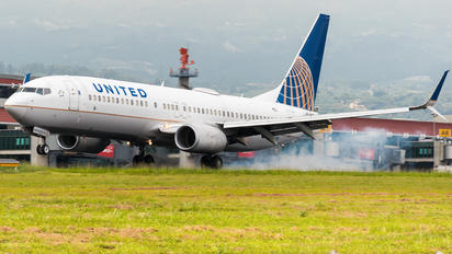 N76528 - United Airlines Boeing 737-800
