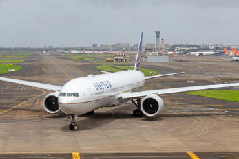 N2748U - United Airlines Boeing 777-300ER