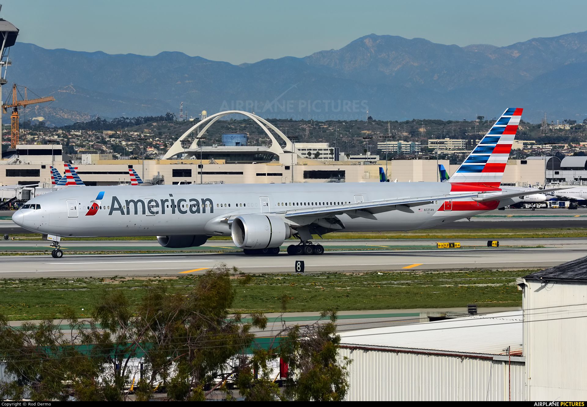 American Airlines N725AN aircraft at Los Angeles Intl