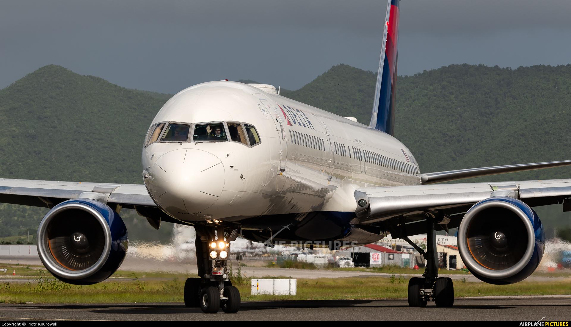 Delta Air Lines N689DL aircraft at Sint Maarten - Princess Juliana Intl