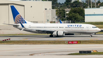 N37277 - United Airlines Boeing 737-800