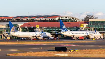 N33203 - United Airlines Boeing 737-800