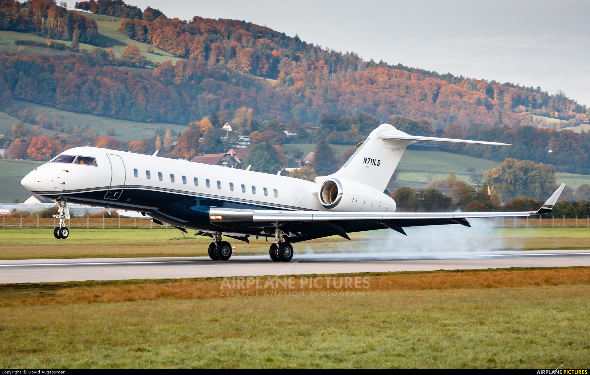 Private N711LS aircraft at Bern - Belp