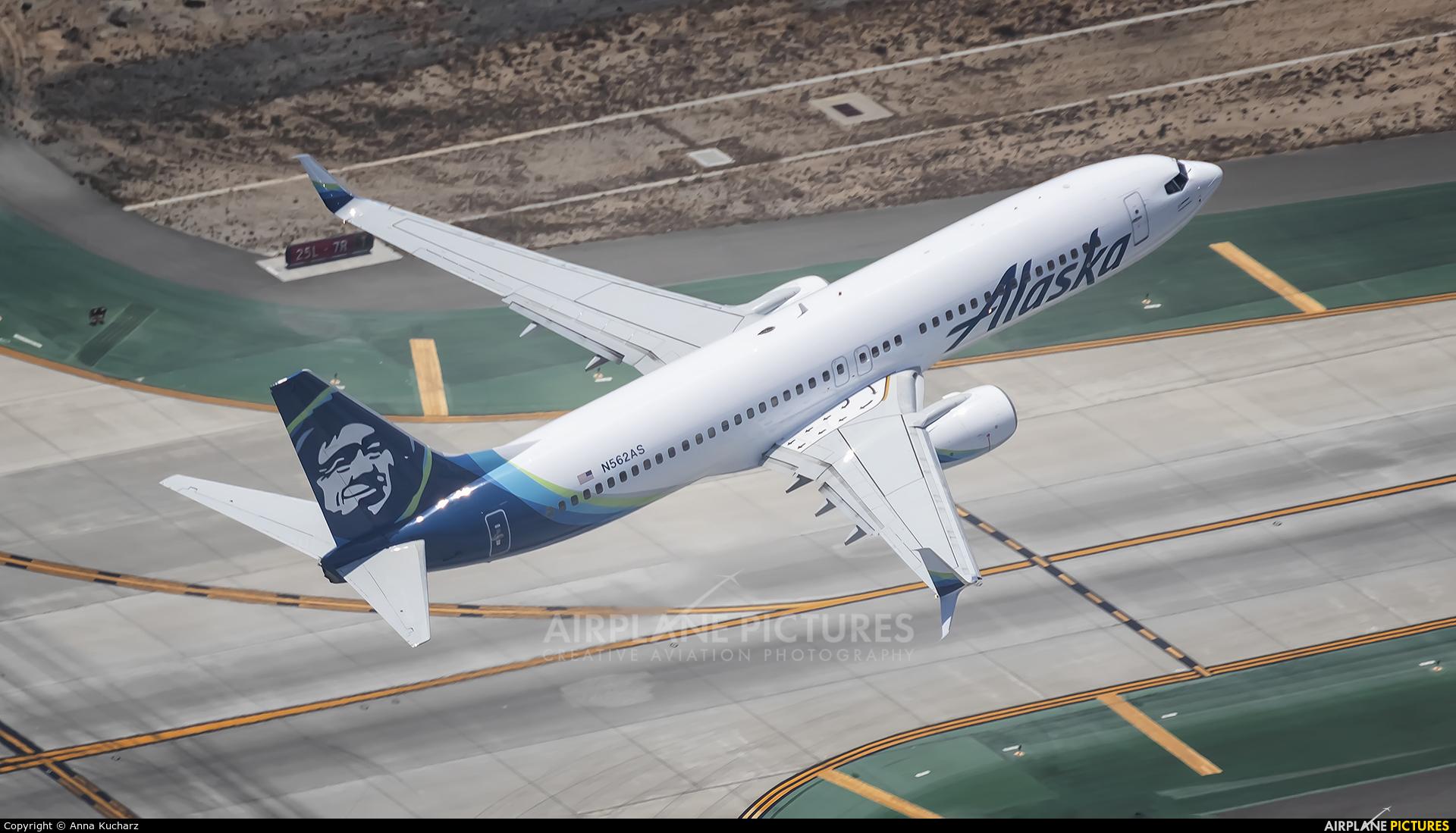 Alaska Airlines N562AS aircraft at Los Angeles Intl