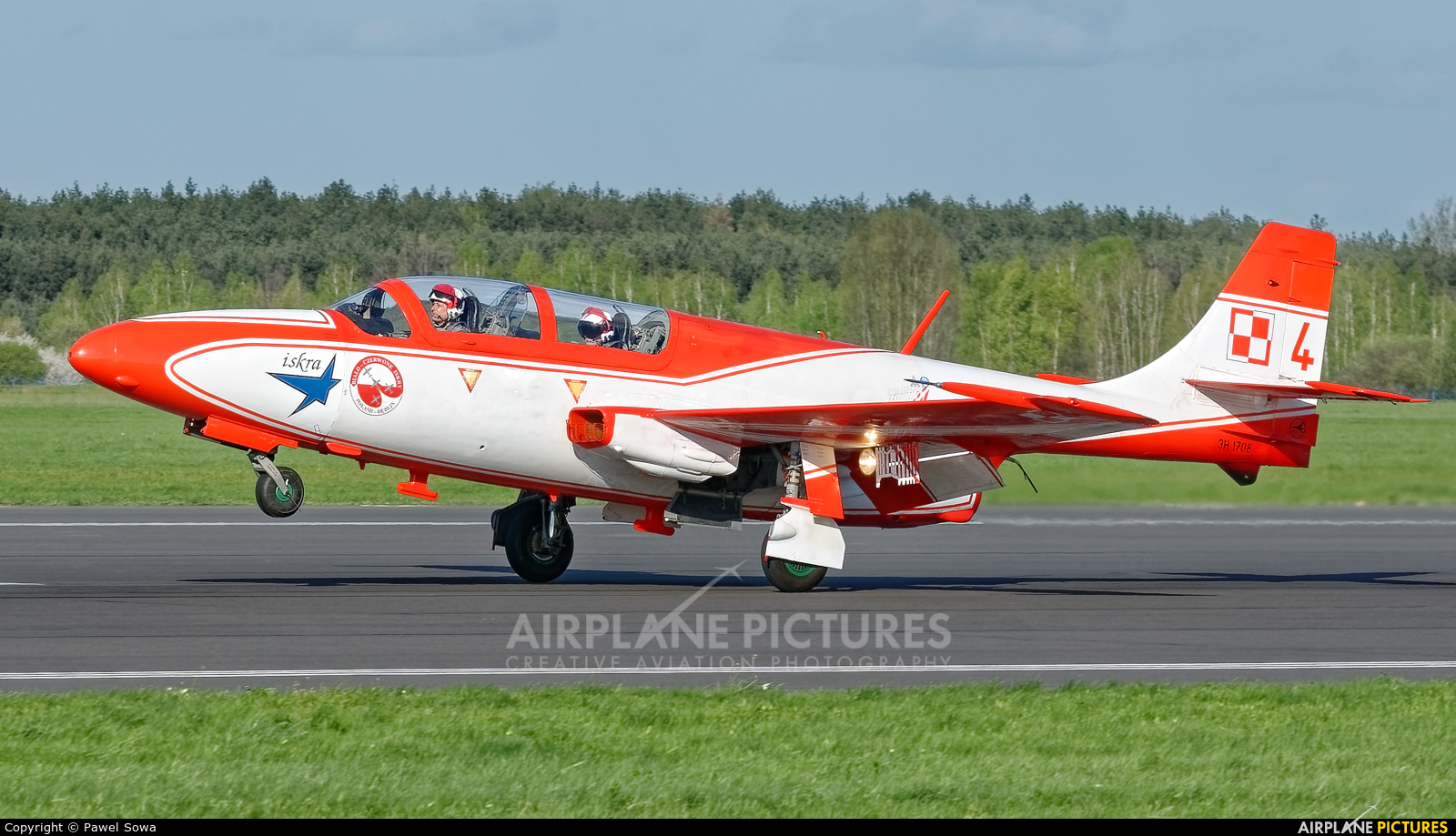 Poland - Air Force: White & Red Iskras 1708 aircraft at Dęblin