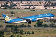 Rare visit of Vietnam Airlines Dreamliner at Madrid title=