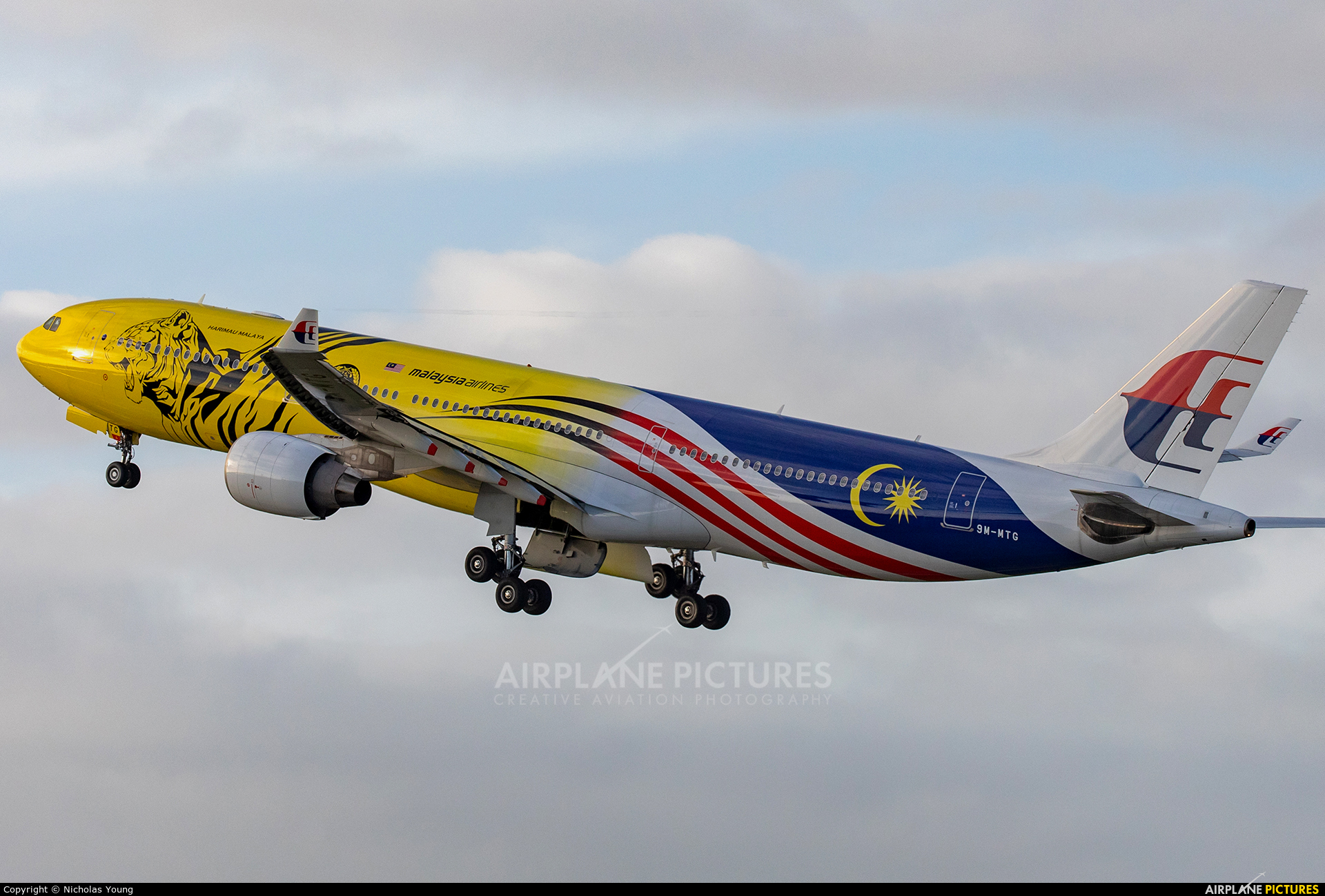 Malaysia Airlines 9M-MTG aircraft at Auckland Intl