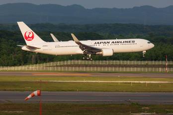 JA606J - JAL - Japan Airlines Boeing 767-300ER